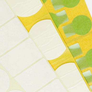 Mehrere Stanzetiketten-Produkte von Schlegel Etiketten in verschiedenen Größen und Farben