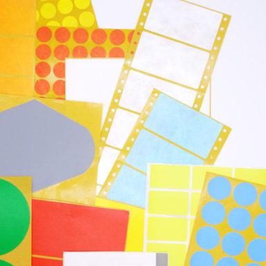 Eine bunte Mischung aus Spezialetiketten-Produkten von Schlegel Etiketten verschiedenster Größen, Formaten und Farben