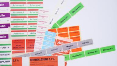 Mehrere Pharmaetiketten für Arzneien und Medikamente in verschiedenen Farben und Größen