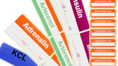 Mehrere Etikettenbogen der Pharmaetiketten mit unterschiedlichen Medizinbezeichnungen