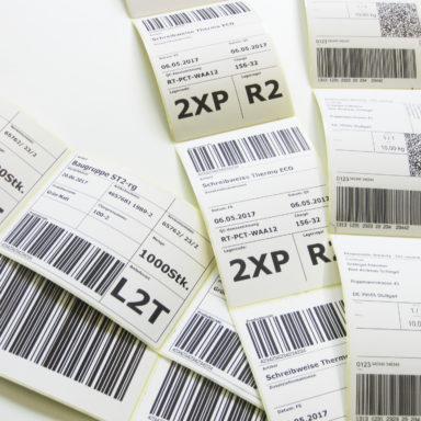 Mehrere Bögen an Thermodirektetiketten-Produkten von Schlegel Etiketten liegen übereinander