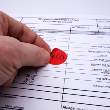 Ein N.I.O.-Etikett wird als Qualitätssicherungetikett angebracht