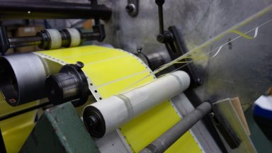 Gelbe Lochrandetiketten werden als EDV-Etiketten im Endlosdruck gedruckt